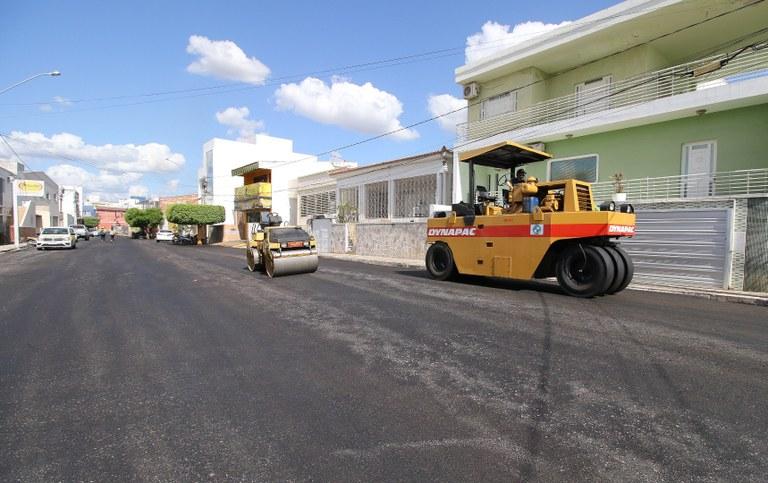 789055ab-ffed-4a23-a8fd-37dc3d548f62 João Azevêdo inspeciona obras de mobilidade urbana e anuncia instalação de unidade do Lacen e tomógrafo em Sousa