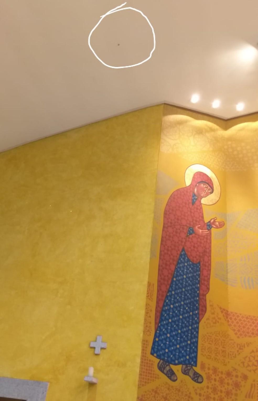 178be1c9-ed49-4d2c-b6e4-4250e1e57743 Bala perdida atinge teto de igreja e cai aos pés de padre durante missa