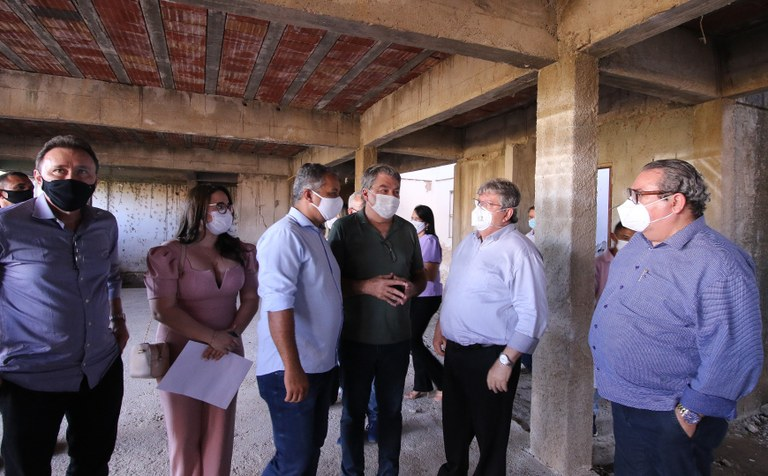 8b0e3451-e106-4a8f-89ea-1d157a89bb81 João Azevêdo inspeciona obras de mobilidade urbana e anuncia instalação de unidade do Lacen e tomógrafo em Sousa